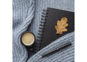 笔记本顶视图有秋天叶子的和咖啡在毛线衣的_10752699