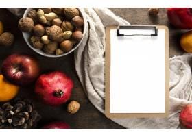 笔记薄顶视图用秋天果子和坚果_10298192