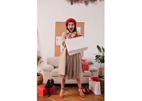 红色贝雷帽和米黄沟槽的惊奇夫人与白色购物_13212490