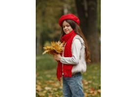 红色贝雷帽的逗人喜爱的孩子优雅的小女士_11799152