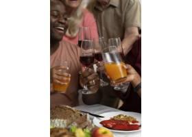 美丽幸福的家庭一起度过感恩节晚餐_17836897
