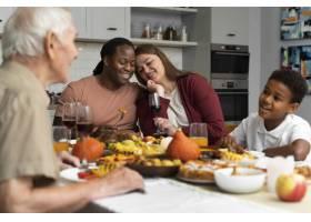 美丽幸福的家庭一起度过感恩节晚餐_17836899