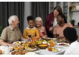 美丽幸福的家庭一起度过感恩节晚餐_17836900