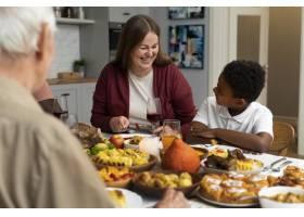 美丽幸福的家庭一起度过感恩节晚餐_17836905