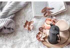 秋天冬天舒适的家庭静物与一杯热饮料_10920355