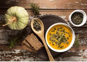 碗顶视图有秋天南瓜汤的与种子和面包_10297914