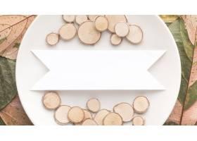 板材顶视图有秋叶和木头的_10369455