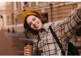 橙色贝雷帽的棕色眼睛的妇女使selfie反对美_12858175