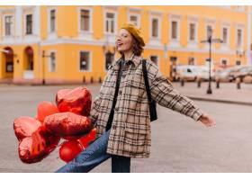 牛仔裤和黄色贝雷雷特的自由恋人喜欢在城市_12858202