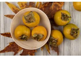 新鲜的柿子果子顶视图在一个碗的有叶子的在_13996544