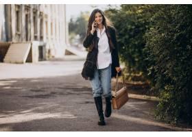 时髦服装的少妇走在公园_10706016