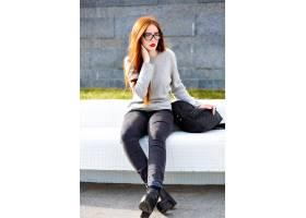 时髦的室外秋天冬天画象俏丽的姜青少年的女_9856483