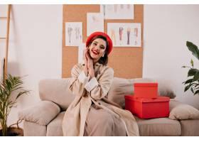 时髦的沟槽和法国样式贝雷帽的美丽的妇女在_13212464