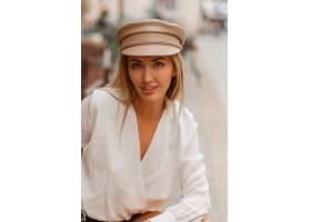 时髦自动盖帽摆在室外的白肤金发的微笑的欧_10310164