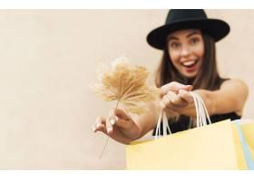 拿着购物袋的兴高采烈的妇女_9852615