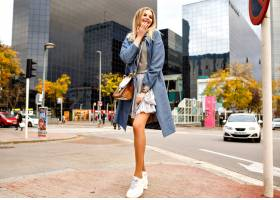 摆在街道上的时髦的相当快乐的白肤金发的妇_9855561