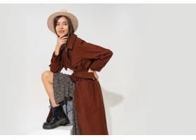 帽子和时髦冬天外套摆在的时兴的少妇_11195877