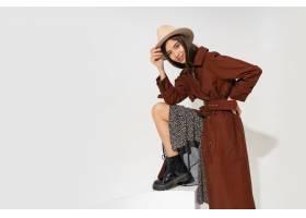 帽子和时髦冬天外套摆在的时兴的少妇_11195881