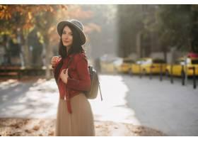 帽子的正面黑发妇女在秋天公园放松_10905724