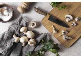 平躺的新鲜蘑菇安排_10067906