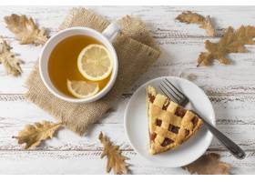 平躺美味馅饼切片和茶杯_10067882