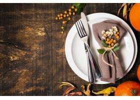 感恩晚餐桌安排顶视图与餐具和拷贝空间的_9700324