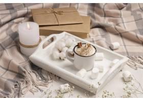 大角度盘子用咖啡与鞭打的奶油和蜡烛_10752753
