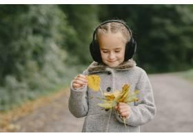 孩子在秋天公园孩子穿着一件灰色的外套_11193416