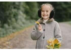 孩子在秋天公园孩子穿着一件灰色的外套_11193424