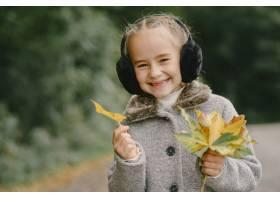 孩子在秋天公园孩子穿着一件灰色的外套_11193432