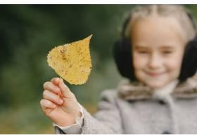 孩子在秋天公园孩子穿着一件灰色的外套_11193439