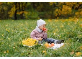 妈妈和儿子在秋天公园一起走和乐趣_11029945