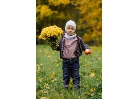 妈妈和儿子在秋天公园一起走和乐趣_11029953