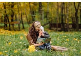 妈妈和儿子在秋天公园一起走和乐趣_11029975