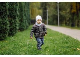 妈妈和儿子在秋天公园一起走和乐趣_11030021