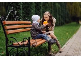 妈妈和儿子在秋天公园一起走和乐趣_11030022