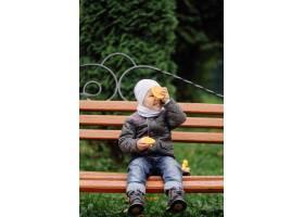 妈妈和儿子在秋天公园一起走和乐趣_11030028