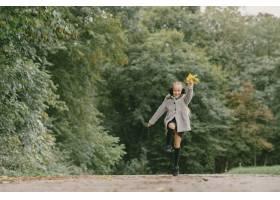 孩子在秋天公园孩子穿着一件灰色的外套_11193458