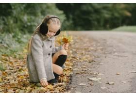 孩子在秋天公园孩子穿着一件灰色的外套_11193478