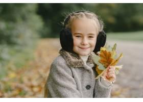 孩子在秋天公园孩子穿着一件灰色的外套_11193487