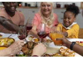 家庭一起度过一个愉快的感恩节_17836531