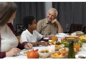 家庭一起度过一个愉快的感恩节_17836538