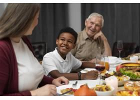家庭一起度过一个愉快的感恩节_17836541