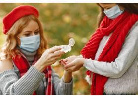 家庭在秋天公园冠状病毒主题有女儿的母_11755806