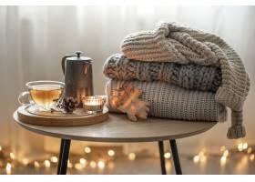 家庭秋天构成用茶和被编织的毛线衣在室的内_17830183