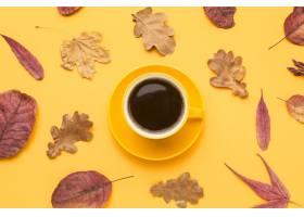 咖啡杯顶视图有秋叶和板材的_9469108