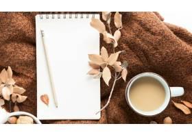 咖啡杯顶视图有秋叶和笔记本的_10369492