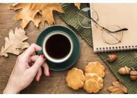咖啡杯顶视图有秋叶和笔记本的_9467086