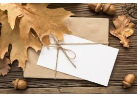 信封顶视图与秋叶和橡子的_9467238