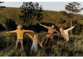 充分的射击家庭获得在草地上的乐趣_16689011